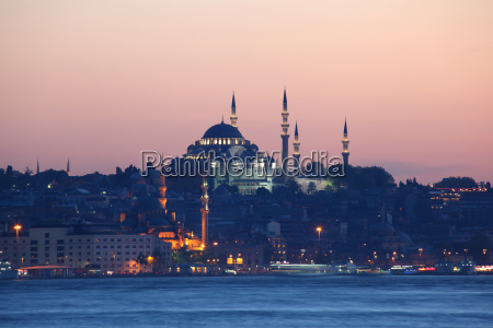 istanbul skyline am abend tuerkei
