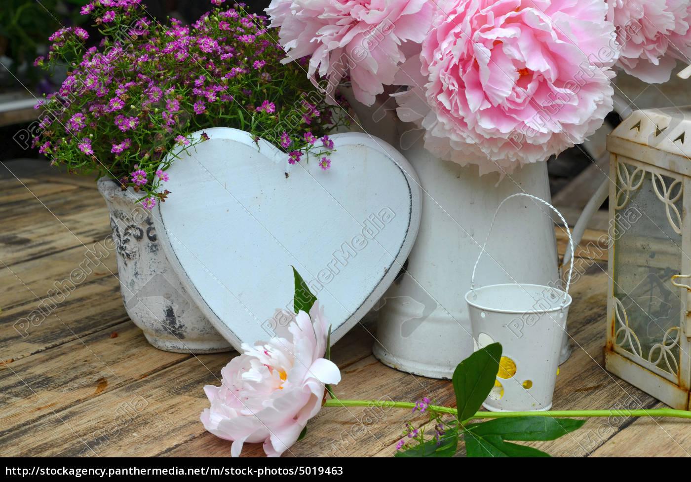 Garten Dekoration Tisch Blumen Lizenzfreies Bild 5019463