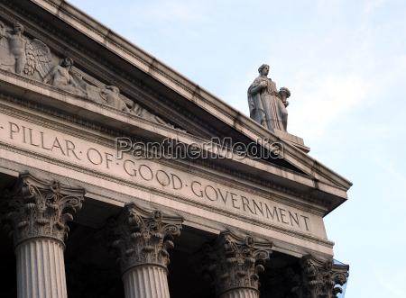 lady justice auf dem dach eines
