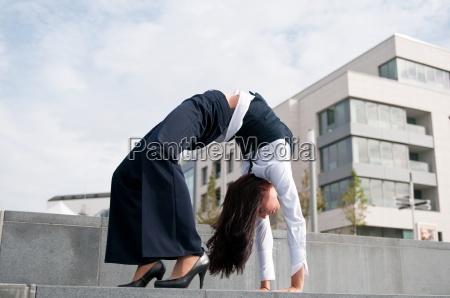 flexibilitaet geschaeftsfrau im freien