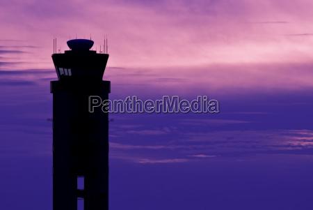 silhouette des flughafenkontrollturms