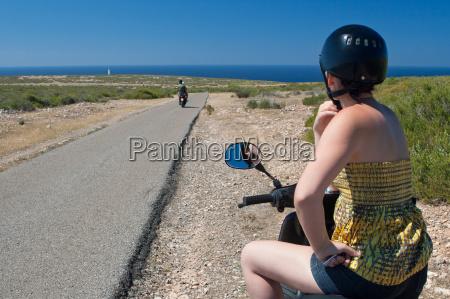 motorradfahrerin auf formentera