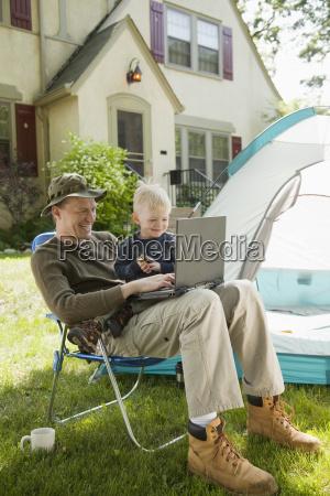 vater und sohn camping