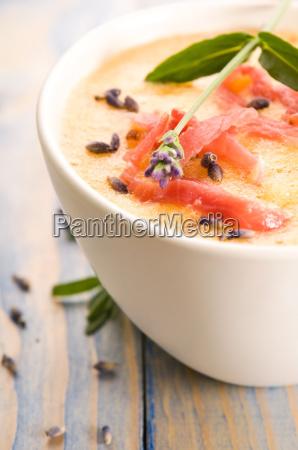 frische melonensuppe mit parmaschinken und lavendelblueten