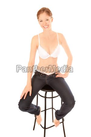 schoene junge frau in jeans und