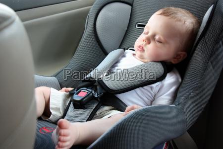 schoenes baby schlaeft im autositz
