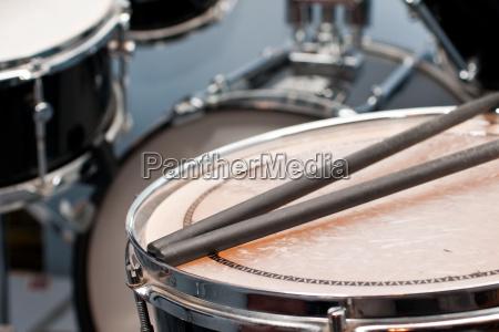 schlagzeug mit stoecken auf snare drums