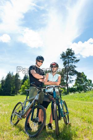 sport mountainbike paar entspannt sich auf