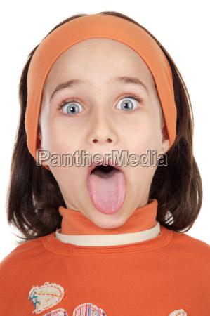 maedchen streckt ihre zunge aus