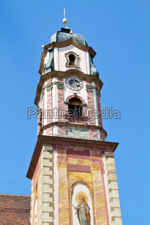 historischer kirchturm in mittenwald oberbayern