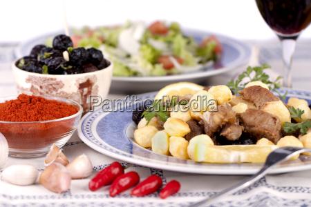 gekochtes fleisch mit kartoffeln