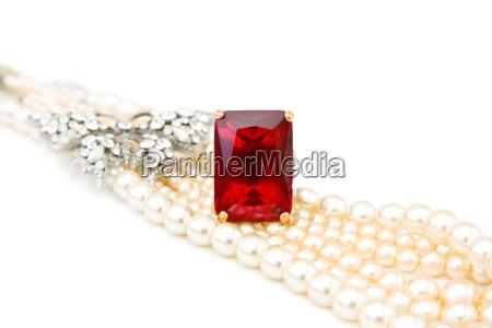 red rubin ring und perlen