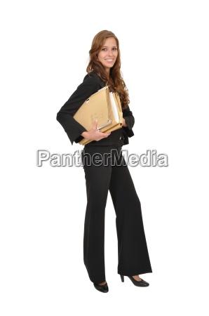 geschaeftsfrau im anzug traegt aktenstapel