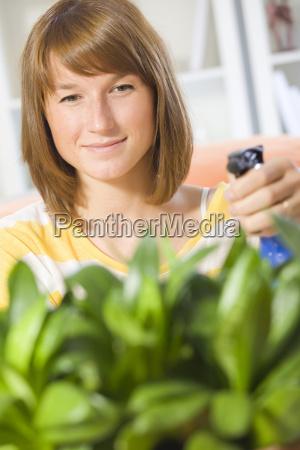 frau gieverwaessert pflanzen
