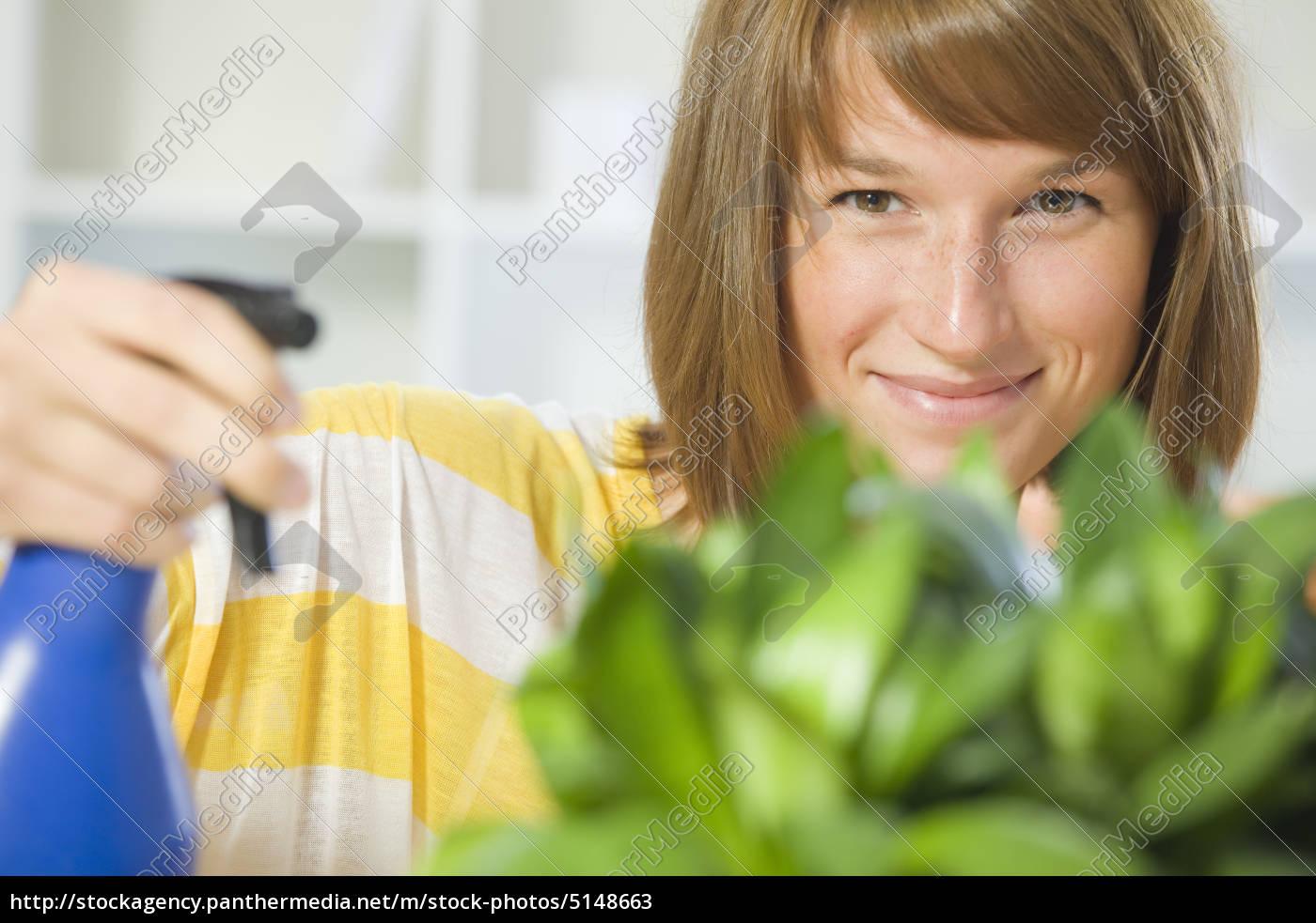 frau, gieverwässert, pflanzen, zu, hause - 5148663