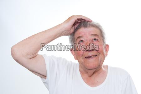 senior schaut in die luft
