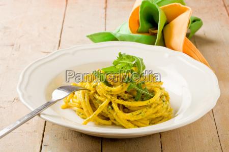 pasta mit safran und rucola pesto