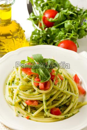pasta mit rucola pesto und kirschtomaten