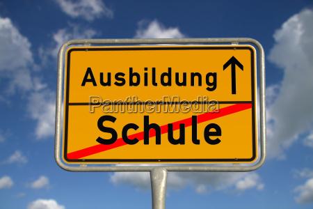 deutsches ortsschild schule ausbildung