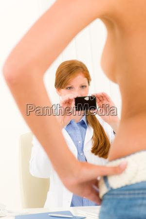 plastische chirurgie weiblicher arzt erschiesst die