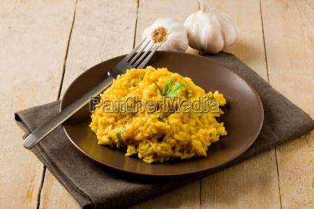 risotto mit safran auf einem holztisch