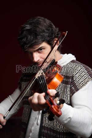 mann spielt violine