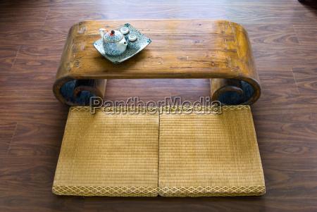 traditionelle japanische strohmatratze tisch und teekanne