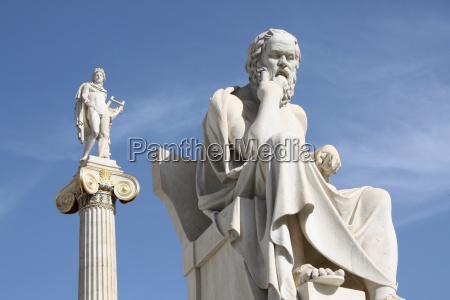 neoklassizistische statuen von sokrates und apollo
