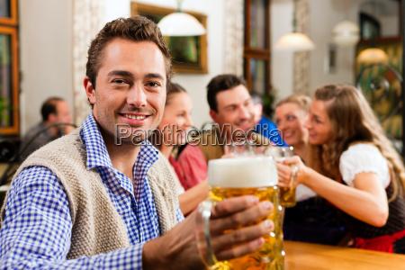 mann trinkt bier in bayern