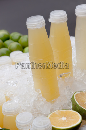 grapefruitsaft mit eiswuerfel