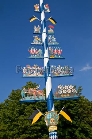 traditioneller maibaum am viktualienmarkt in muenchen