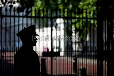 britischer wachsoldat beobachten den gate london