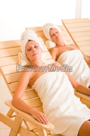 beauty spa raum zwei frauen entspannen