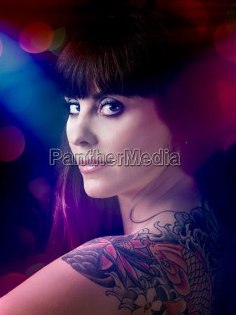 sexy frau mit einem tattoo