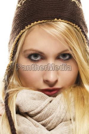 schoene blonde frau in winterbekleidung
