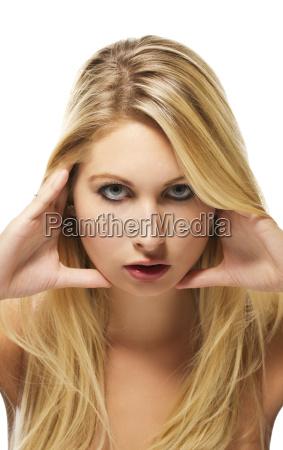 portrait einer schoenen blonden frau