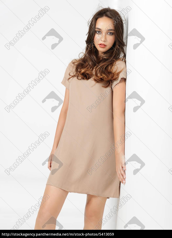 Mode Pose Junge Frau Kurze Kleid Wand Stockfoto 5413059 Bildagentur Panthermedia