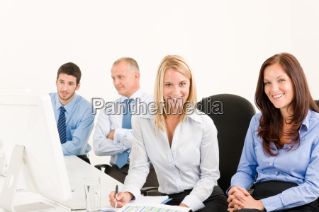 business team gluecklich sitzen in der