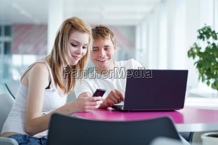zwei studenten die zusammen im universitaetszimmer