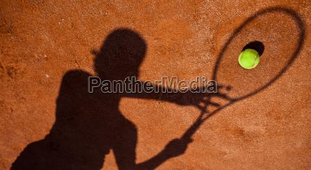 schatten eines tennis spieler in aktion