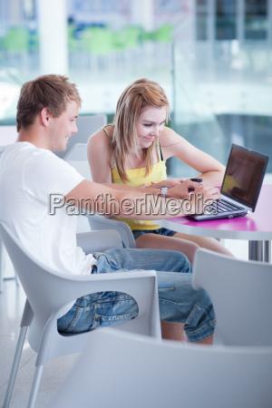 laptop notebook computer studenten universitaet bildungseinrichtung