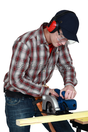 handwerker schneiden holzbrett