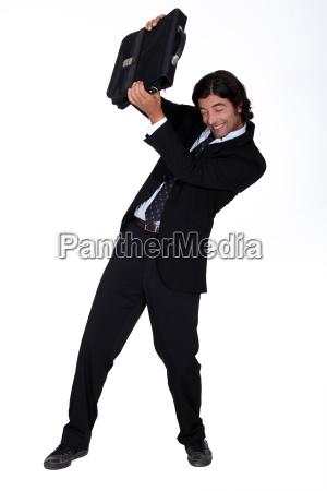 mann in anzug ausweichen angriff