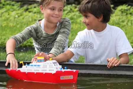 kinder die mit dem boot