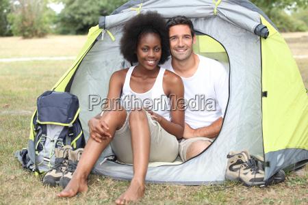 paar camping in einem zelt