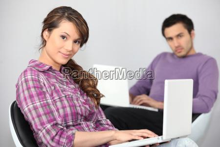 ein junges paar das computer macht