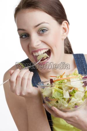 portraet der frau salat essend