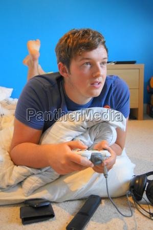 teenager spielt computerspiele