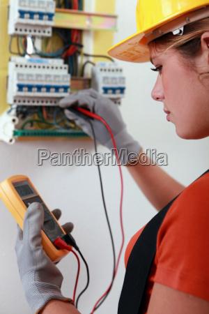 weibliche elektriker die verkabelung auf einer