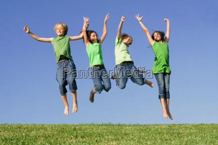 gruppe kinder springen nach dem gewinn